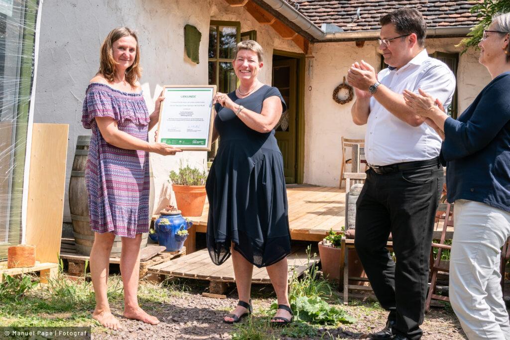 "Read more about the article Ministerin Dalbert übergibt ""Grüne Hausnummer Sachsen-Anhalt PLUS"" an Magdeburger Familie"