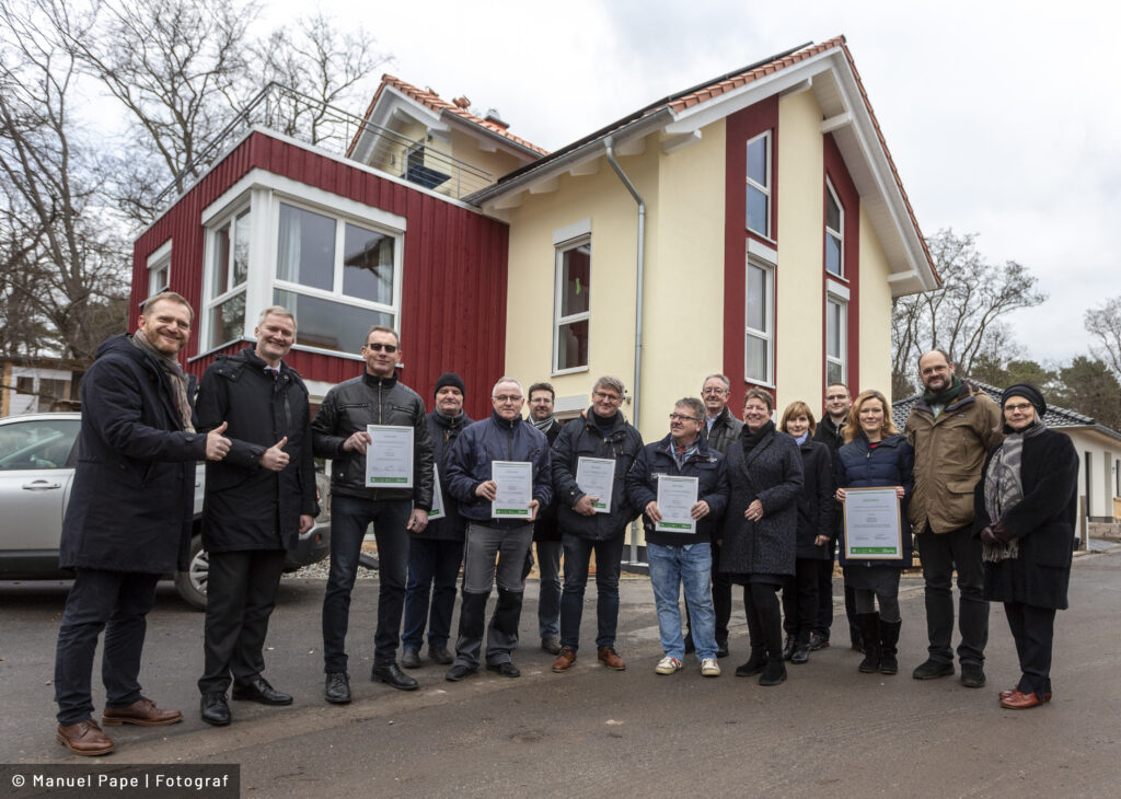 "Read more about the article Ministerin Dalbert übergibt ""Grüne Hausnummer Sachsen-Anhalt PLUS"" an Familie in Biederitz"