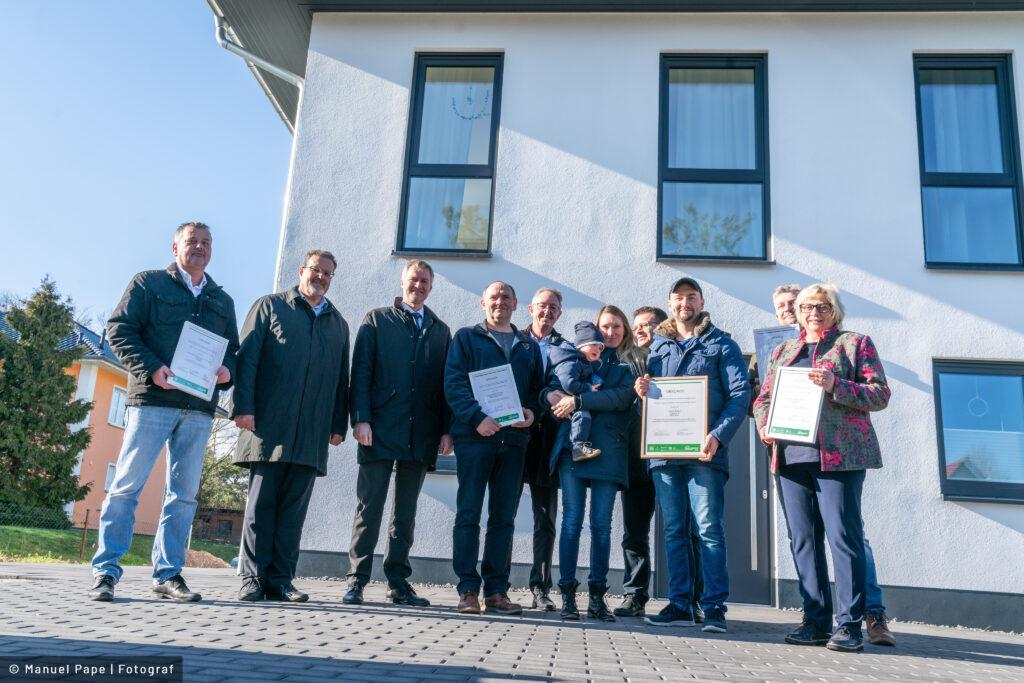 Read more about the article Mit der Bauherrenmappe zur Grünen Hausnummer: Familie aus Möser erhält Auszeichnung für energieeffizientes und ökologisches Bauen