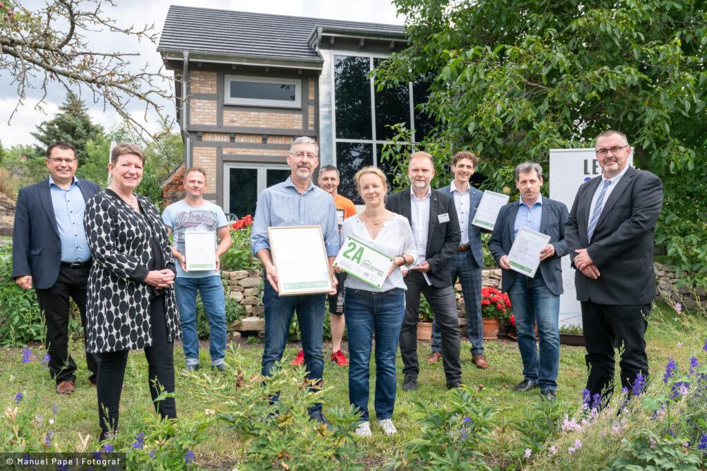 """Read more about the article Hightech im Fachwerkhaus – erste """"Grüne Hausnummer Sachsen-Anhalt PLUS"""" im Saalekreis verliehen"""
