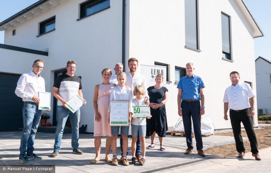"""Read more about the article """"Grüne Hausnummer Sachsen-Anhalt PLUS"""" schmückt ab sofort energieeffizienten, nachhaltigen Neubau in Magdeburg"""
